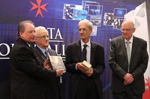 Is-Sur John Inguanez (tieni mil-lemin) qed jinghata l-Gold Award.