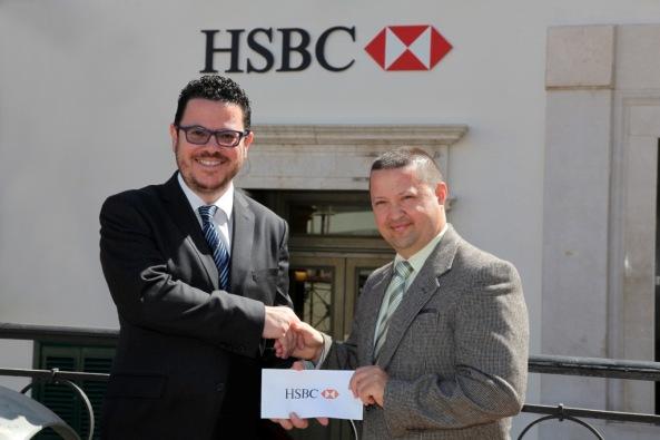 Il-Kap tal-Komunikazzjoni tal-HSBC Malta Franco Aloisio (xellug) qed ikun murijippreżenta l-isponsorship tal-Bank liċ-Chairman tal-IĠM Karl Wright.