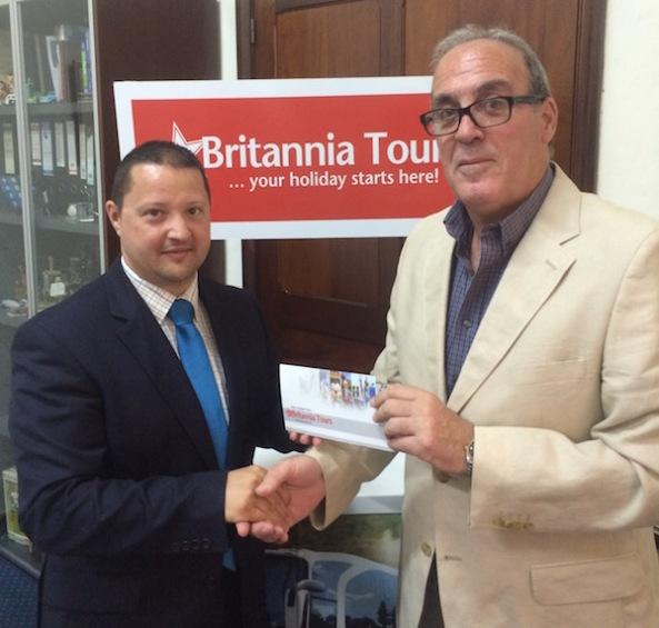 Karl Wright, Chairman tal-Kunsill tal-Istitut tal-Ġurnalisti Maltin jirċievi l-isponsorship mingħand is-Sur Noel Farrugia, Direttur Maniġerjali tal-kumpanija Brittania Services Limited