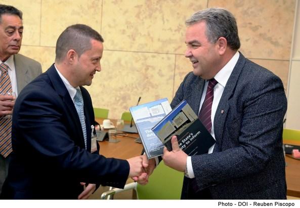 Dr. Anġlu Farrugia, l-Ispeaker tal-Kamra tad-Deputati jippreżenta l-ktieb 'The State's duty to inform' lil Karl Wright, Chairman tal-Istitut tal-Ġurnalisti Maltin waqt l-attività organizzata mill-Uffiċċju tal-Ispeaker għall-membri tal-medja u eksMembri Parlamentari fl-okkażjoni tas-Sena l-Ġdida.