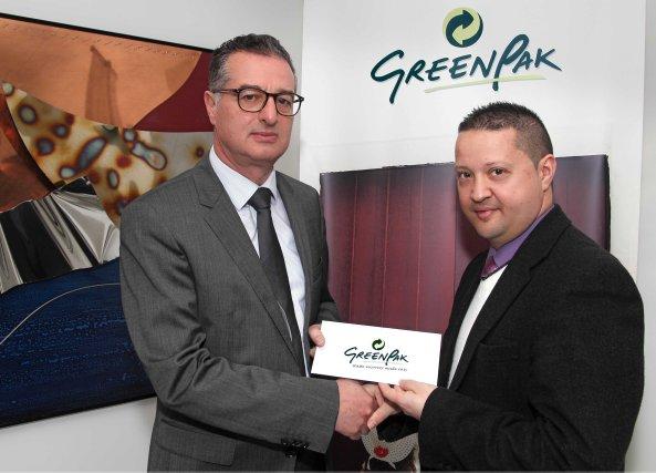 Il-Kap Eżekuttiv ta' GreenPak Coop Society l-Inġ Mario Schembri qed jippreżenta lis-sponsorship ta' GreenPak liċ-Chairman tal-IĠM Karl Wright