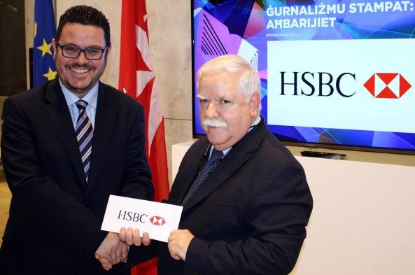 It-Teżorier tal-IĠM Mario Schiavone qed jirċievi l-isponsorship ta' HSBC għall-kategorija ta' Ġurnaliżmu Stampat mill-Kap tal-Komunikazzjoni tal-Bank HSBC Malta Franco Aloisio