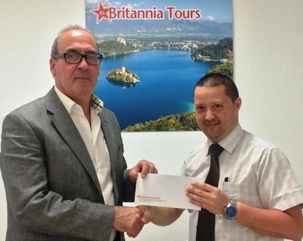 Is-Sur Noel Farrugia, Direttur Maniġerjali tal-Brittania Tours (xellug) jippreżenta l-isponsorship lis-Sur Karl Wright, Chairman tal-Istitut tal-Ġurnalisti Maltin
