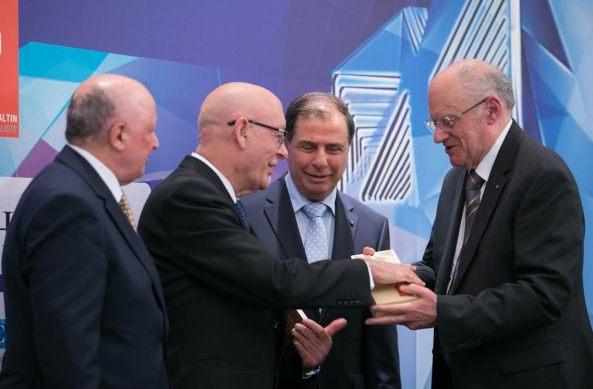 Jonh Pisani, rebbieħ tal-Gold Award, jirċievi l-premju minngħand il-President Emeritus Dr Ugo Mifsud Bonnici (lemin).
